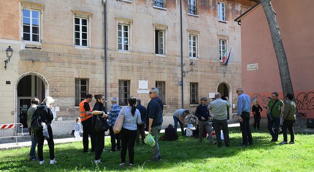 La manifestazione di fronte all'istituto Olivetti