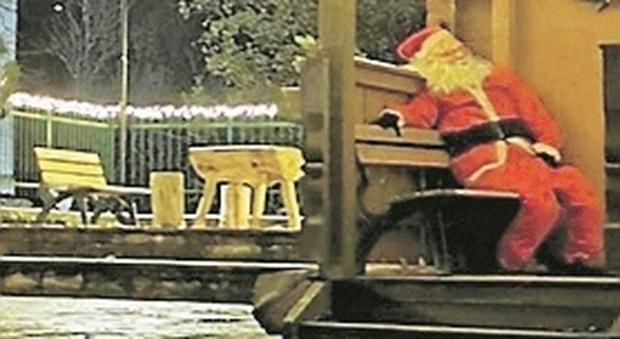 Bolognola, rubato e mai ritrovato il Babbo Natale re dei selfie: «Indagini in corso, tornerà sulla panchina»