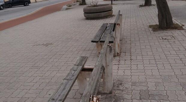 I danni provocati dai vandali sul lungomare Alighieri a Senigallia