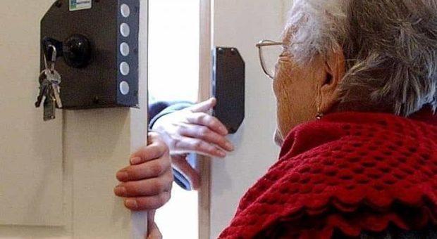 Assicuratore inganna un'anziana e le sottrae un patrimonio: una casa, polizze, auto e box