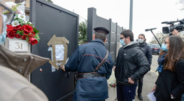 Le forze dell'ordine all'ingresso della villetta