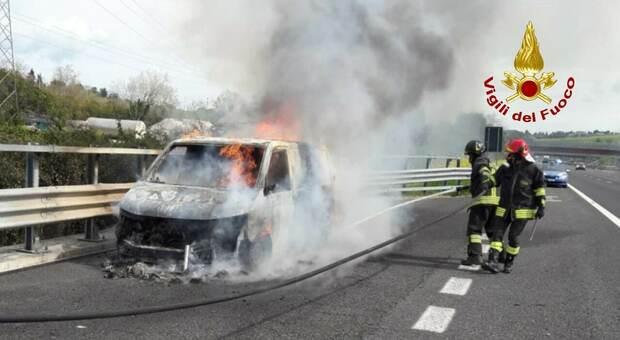 Il furgone in fiamme sull'A14 e l'intervento dei vigili del fuoco