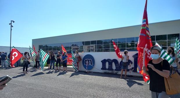 Nuovo presidio dei dipendenti davanti alla Melania: «Un pezzo di storia, salviamo la nostra fabbrica»