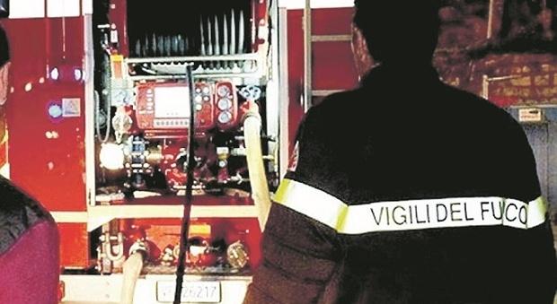 Fermo, scoppia l'incendio in casa nella notte: l'anziana riesce a scappare e a salvarsi
