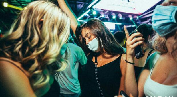 Riaprono le discoteche ma con la mascherina: ecco il limite. Cinema e teatri al 100%, palas al 60% e stadi al 75%. Obbligo Green pass