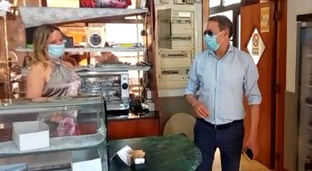 San Benedetto, la barista salva il cliente in arresto respiratorio con il massaggio cardiaco: il sindaco premia Barbara
