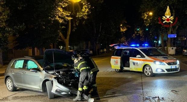 Schianto frontale al semaforo nella notte: tre persone all'ospedale