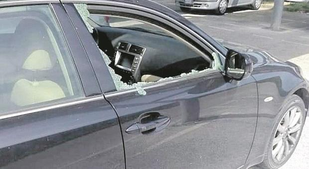 Bravate no stop dei vandali ragazzini: auto e sistemi antincendio danneggiati