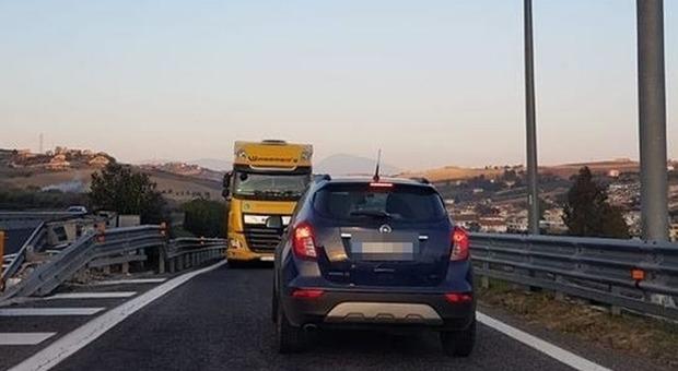 Non c'è pace per il tratto maledetto dell'autostrada A14: anche un Tir in contromano