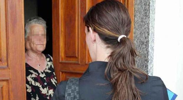 Macerata, falsi addetti dei servizi sociali del Comune vanno a caccia di anziani: «Non li fate entrare»