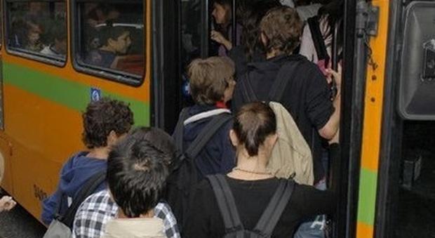 Tredicenne si addormenta sul bus al ritorno da scuola e si sveglia al deposito da sola