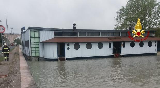 Maltempo, si stacca dagli ormeggi: il ristorante galleggiante alla deriva