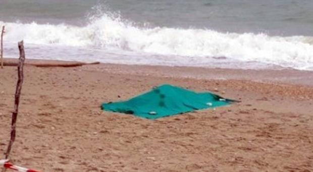 Muore annegato durante un bagno fuori stagione, tampone sul corpo: era positivo