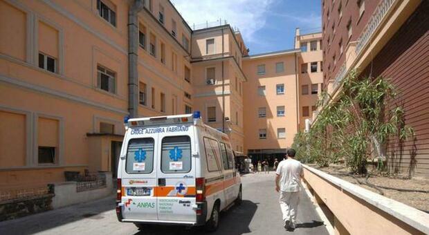 Quindicenne sale per la scala antincendio all'ultimo piano dell'ospedale Salesi e minaccia di gettarsi nel vuoto