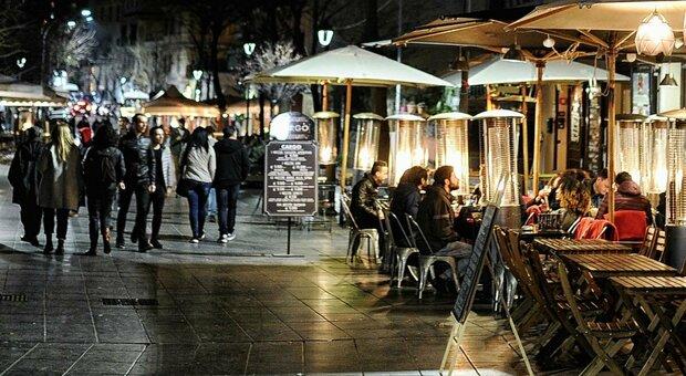 Zona gialla rafforzata dal 26 aprile: «Ristoranti aperti a cena solo all'aperto», coprifuoco resta alle 22