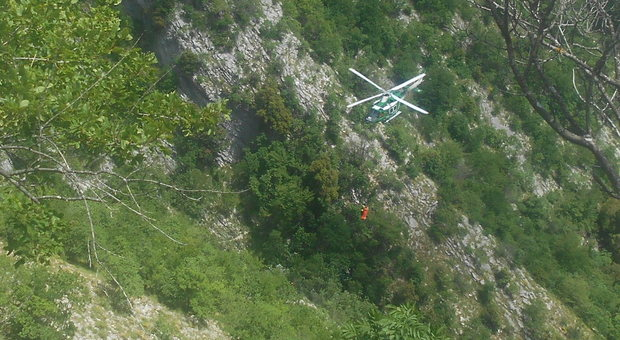 Apecchio, scivola sul sentiero e precipita nel dirupo: salvato con gli elicotteri