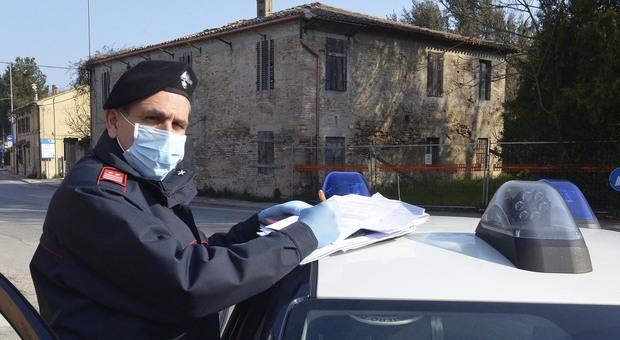 Fuori dal locale senza mascherina, multa da 400 euro a due ventenni dopo l'ordinanza del presidente Acquaroli