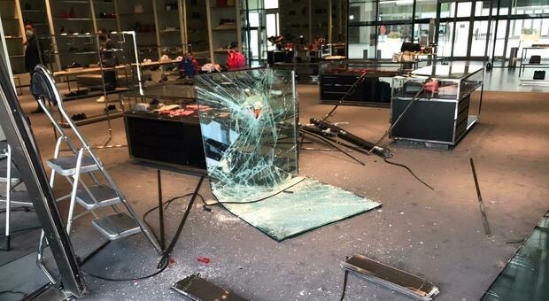 Maxi furto con spaccata da Prada, entrano all'outlet con un trattore poi sfondano la vetrina con un'auto
