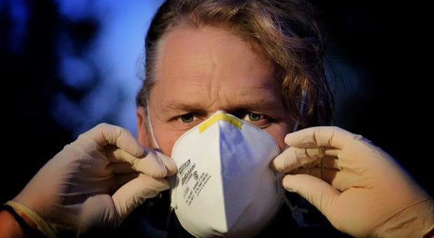 La truffa delle mascherine Ffp2 certificate: una su 10 non protegge dal contagio Covid