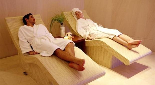 Una coppia fa le cure termali distesa su divanetti