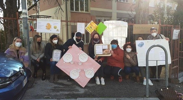 La protesta contro la riorganizzazione delle mense scolastiche