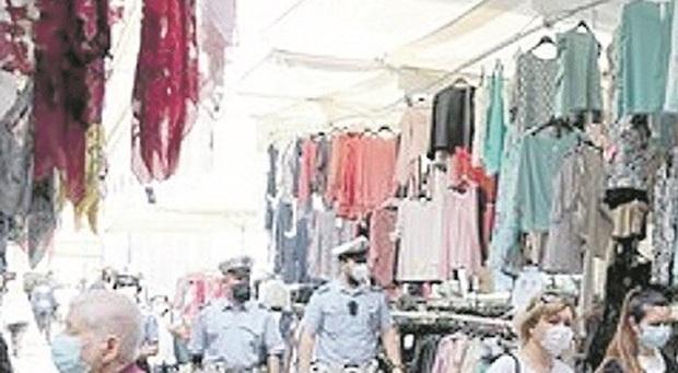 Pesaro, assembramenti tra le bancarelle: commercianti multati e allontanati. E scattano i sequestri in spiaggia