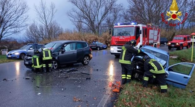 Trecastelli, tremendo schianto tra auto, i vigili del fuoco estraggono due feriti dalle lamiere