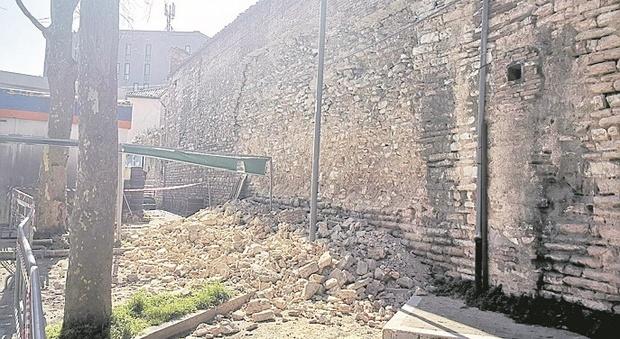 Fabriano, crolla nella notte una parte delle mura del 1.200: transennato un autolavaggio