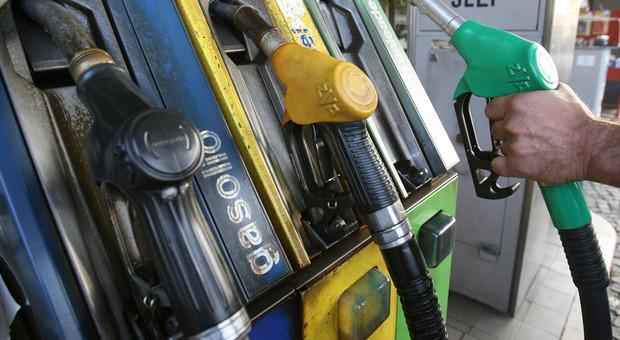 Non espongono i prezzi dei carburanti: quattro benzinai multati dalla Finanza