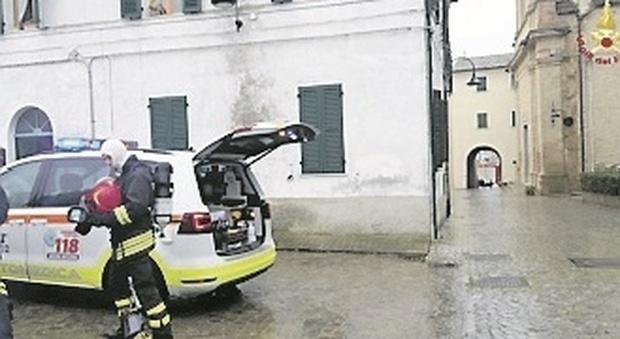 Morro d'Alba, si addormenta con al sigaretta accesa e rischia di morire carbonizzato: salvato dalla badante