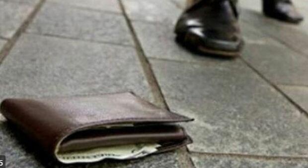 Trova il portafoglio e lo spedisce a casa di un 15enne