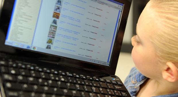 Una bambina si intrufola in una riunione di lavoro di suo padre su Zoom e rivela un segreto di famiglia