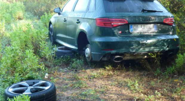 L'Audi usata dai ladri ritrovata tra la vegetazione