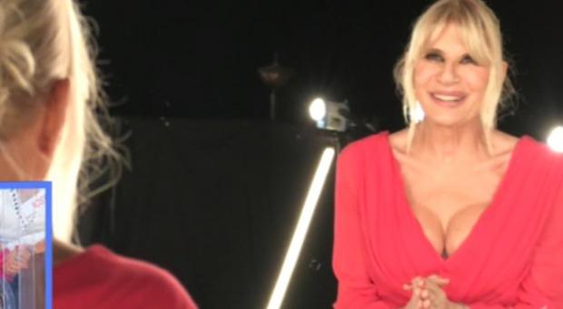 Gemma Galgani, mostra il seno rifatto a Uomini e Donne. Tina Cipollari: «Ma non ti vergoni?»