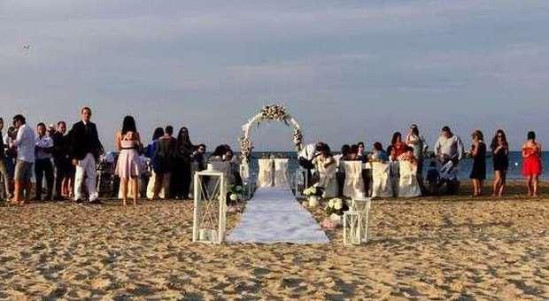 Matrimonio Simbolico In Spiaggia : Giurarsi amore eterno sulla spiaggia di velluto ecco il