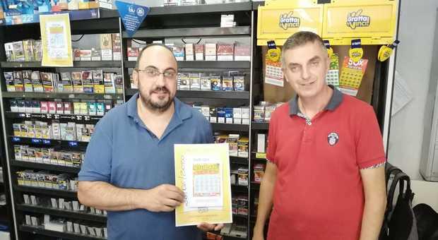 Roberto e Raul Mazzarini nella loro tabaccheria e ricevitoria