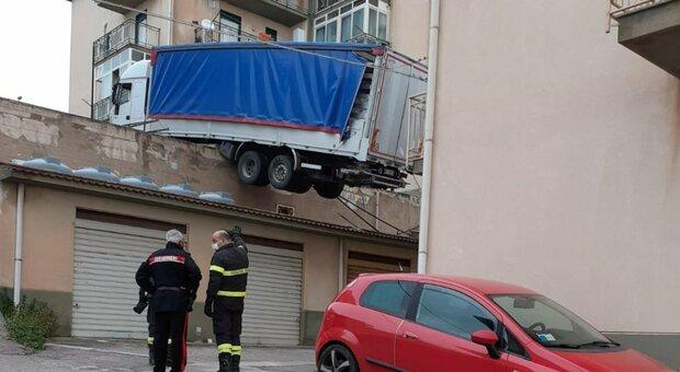Palermo, tir finisce su un tetto e mette in pericolo una palazzina