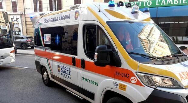 Ragazzina di 11 anni cade in piazza dopo un malore per il caldo: panico tra la gente