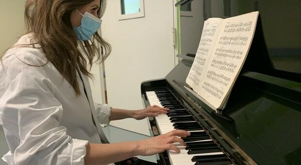 All'ospedale di Bari medici e infermieri suonano il pianoforte (un dono) per i neonati in Terapia intensiva