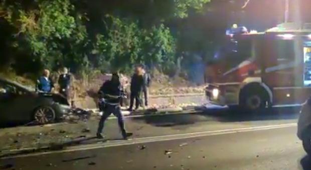 Corrono in ospedale per portare una bimba di due anni, ma si scontrano contro un altra auto: cinque i feriti