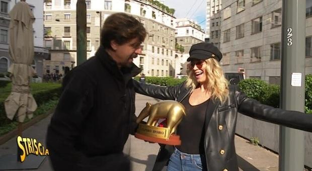 Diletta Leotta riceve il Tapiro d'oro di Striscia la Notizia per la truffa dei Bitcoin:««Non ne sapevo niente»