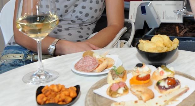 Petriano, aperitivo al bancone senza distanza e mascherina: multati barista e sei clienti, chiusura Covid per il locale