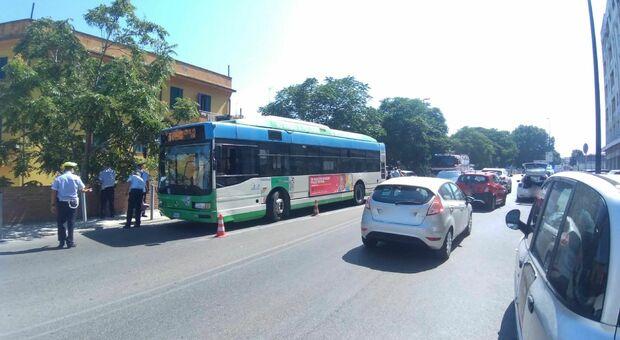 Tamponata dal bus mentre è ferma sul ciglio della strada, l'auto sfonda un muretto: una donna all'ospedale