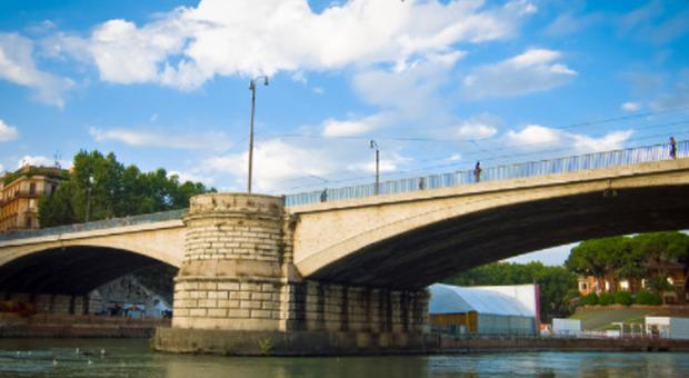 Roma, precipita da Ponte Garibaldi per scattarsi un selfie: 31enne gravissimo