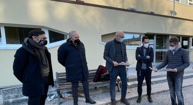 I tecnici e l'assessore regionale Baldelli durante il sopralluogo all'ospedale di Pergola