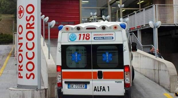 Un'ambulanza al pronto soccorso dell'ospedale Madonna del soccorso di San Benedetto