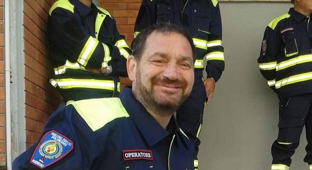 Volontario di 49 anni muore per spegnere un incendio: la tragedia sotto gli occhi di un collega