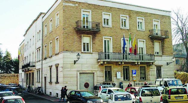 Asoli, entra nell'ufficio pubblico senza mascherina, scoppia la lite con l'impiegato: carabinieri all'anagrafe