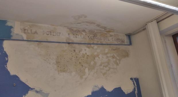 La scritta con la frase di Mussolini nell'Ufficio Anagrafe del Comune di Jesi