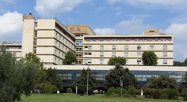 Ascoli, un altro morto e ospedale sotto assedio: attivati 15 posti letto Covid. «Ma basteranno per una settimana»